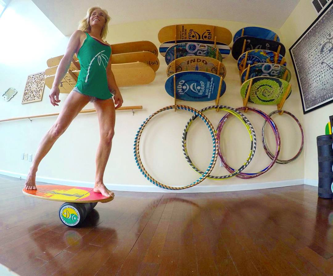 One of our favorites, Miss @heathertleo getting us through our Monday. Watching her on an Indo Board is one of the most impressive things you'll see. Check her out and see..☝ #heathertleo #indoboard #balance #yoga #surf #surfer #longboard #acroyoga...