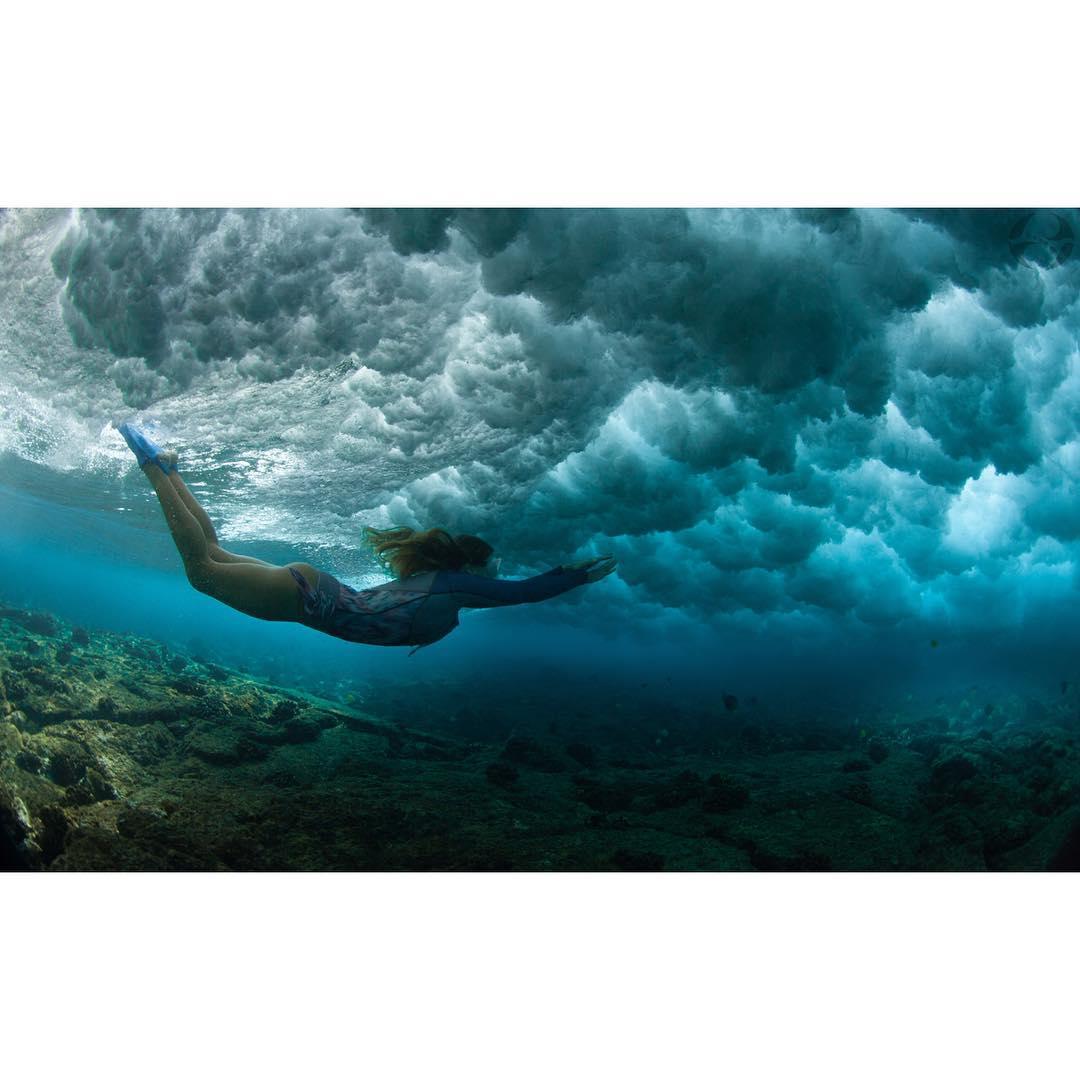 F L Y  #flyforfree #soar with @sirensongwetsuits #supportlocal #handmade #sirensongwetsuits #hifashion #boho #teambioastin #kaenon #billboardtobags #imaginesurf #konaboys #navitasnaturals #odinasurf #dkwaterhousing #canonusa #underwater #surfhousing