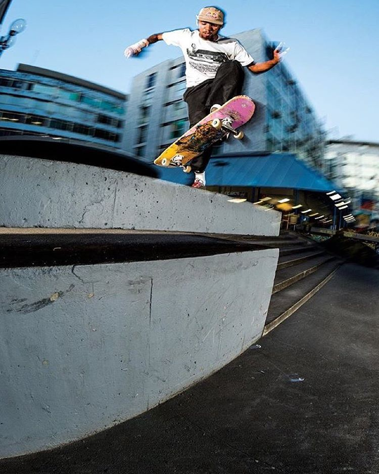 Happy Birthday, @thaynancosta!! Footplant in Brasilia. Photo: @blabacphoto #DeLaCalleDaRua #DCShoes