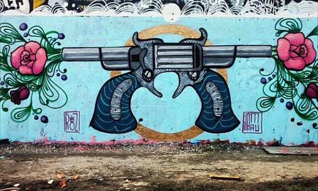 @stellar_roz | @jomauartwork • • Guns & Roses • • #atx #austintx #texas #tx #spratx #art #streeart #graffiti #grafite #spraypaint