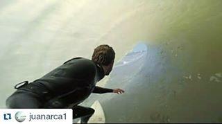 Nuestro rider @juanarca1 bien asegurado en las olas marplatenses con su #keepsurfingwax ! #surf #barrel