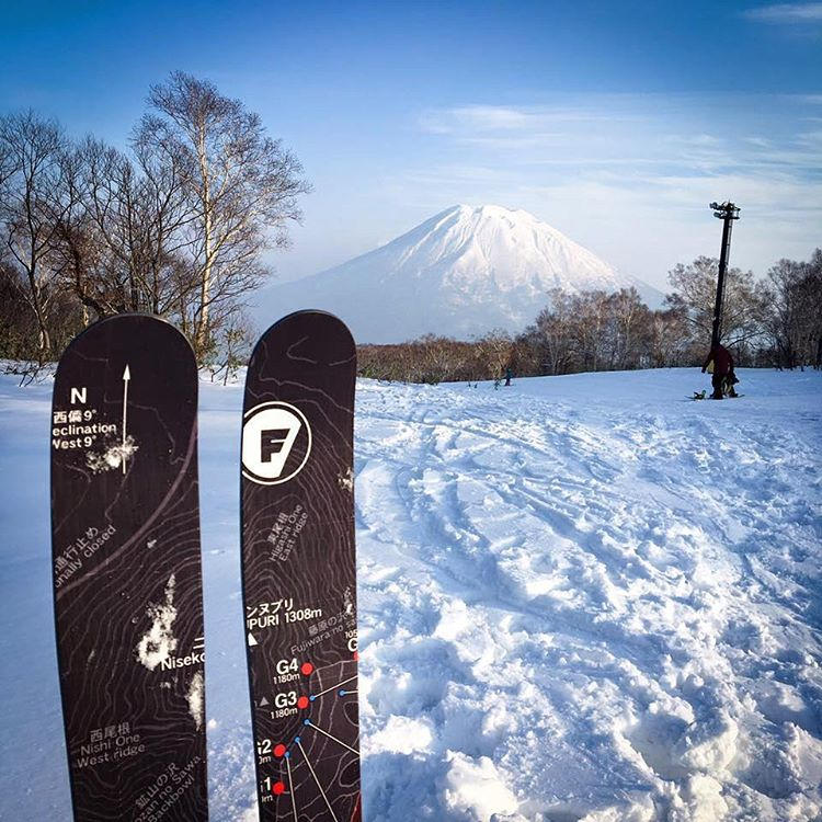 R. Lam enjoying his custom 176cm Completos in #Niseko. His topsheet is a topo map of the resort. Thanks for the photo!