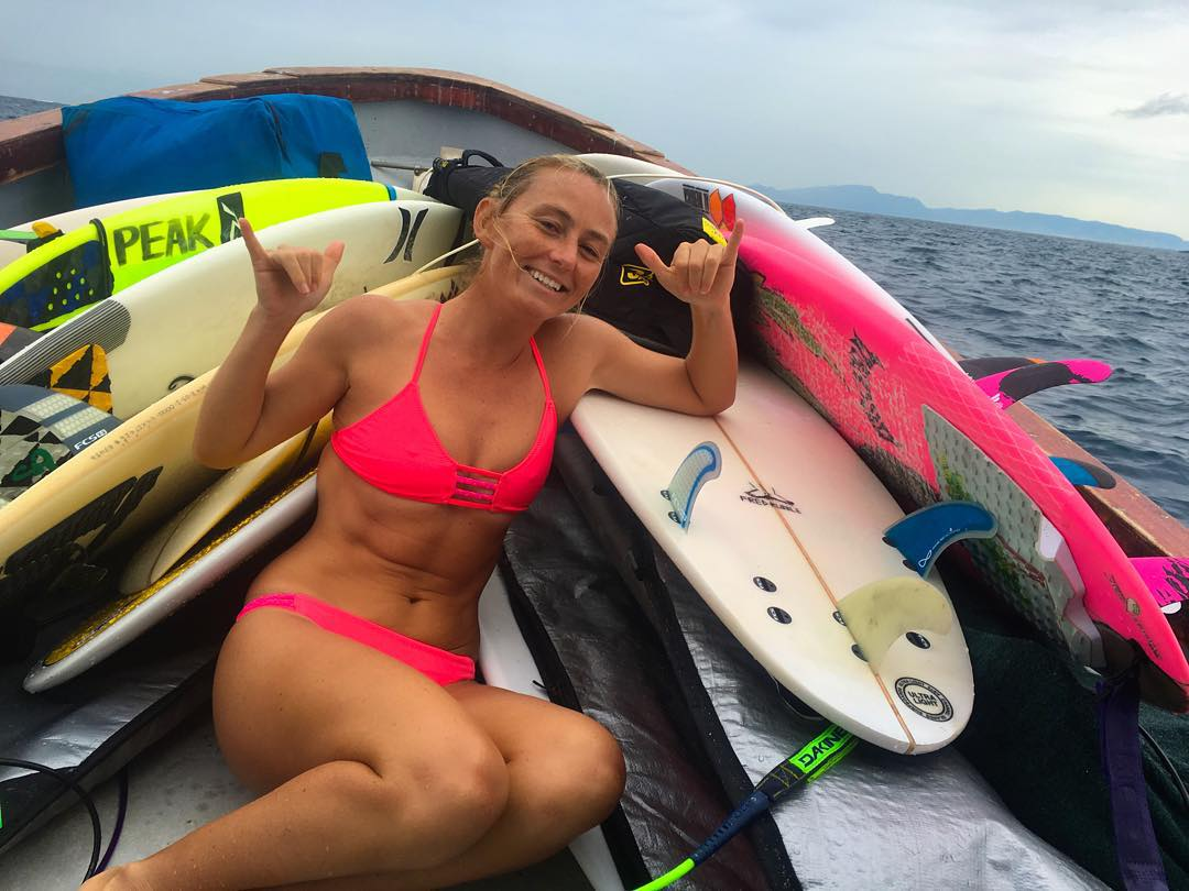 ...and this is what the morning boat to Cloudbreak looks like;) Guess which board is mine? #TeamTavarua @tavaruaislandresort