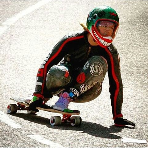 @emilylongboards ripping the corner ! Thanks for the shot @maxdubler @skateslate