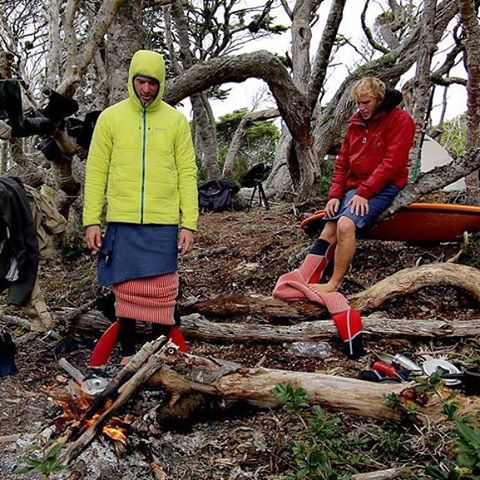 Después de surfear en Playa Dorada. El fuego era muy importante para calentar el cuerpo al sacarnos los trajes.#peninsulamitre #tierradelfuego @patagonia