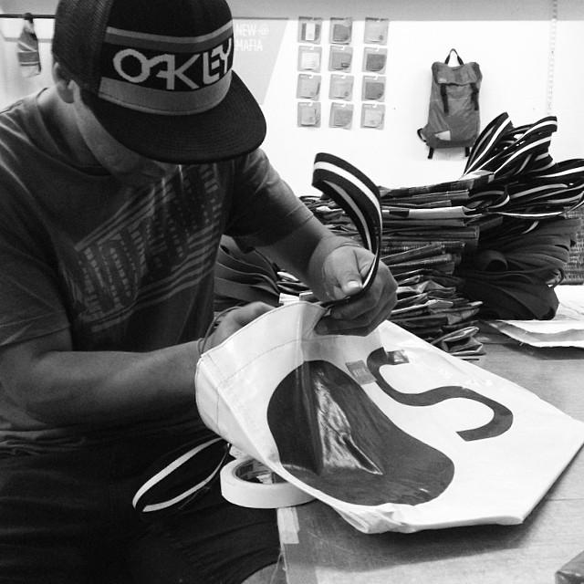 #Supersurf check!  #love your job, love #Mondays .  #reefclassic banners ahora se transforman en bolsos #mafia . Geniales para llevar el #wetsuit luego de una surfeada o ir de compras . ( súper-surf )  @reefargentina #recycling  Buy online...