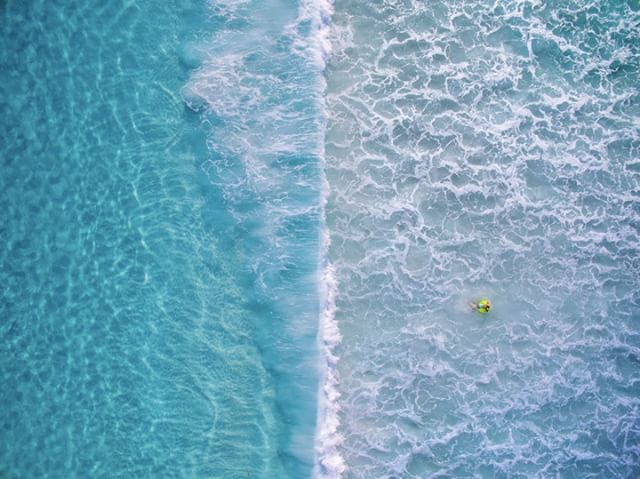 The surge is coming and Kirk Hille just waits. Shot with a #DJI #Phantom3  Join the #SkyPixel contest today. Win prizes like the #Zeiss #VROne, @lowepro_official and much more! https://www.skypixel.com/events/photocontest