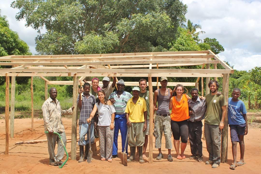 """""""La educación no cambia el mundo, cambia a las personas que van a cambiar el mundo"""" - Por eso colaboramos con  @amozambique para que un grupo de voluntarios viajen a África a construir aulas. #acciónsocial #amozambique #educación"""