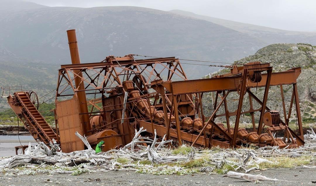 Los restos de la draga de oro en Bahia Slogget abandonada desde hace más de un siglo. #conservemos #tierradelfuego #peninsulamitre