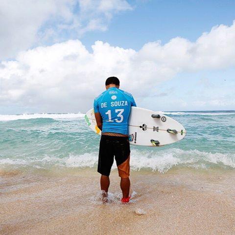 @adrianodesouza concentrando antes del último heat: felicitaciones para el nuevo campeón mundial de la @wsl. El título queda en Brasil