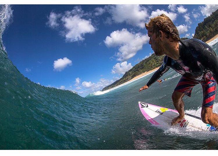 Un día tremendo en Hawaii que nos llega de la mano de @migueltudelach ph: @tai_vandyke #welcometowater #volcomsurf #truetothis