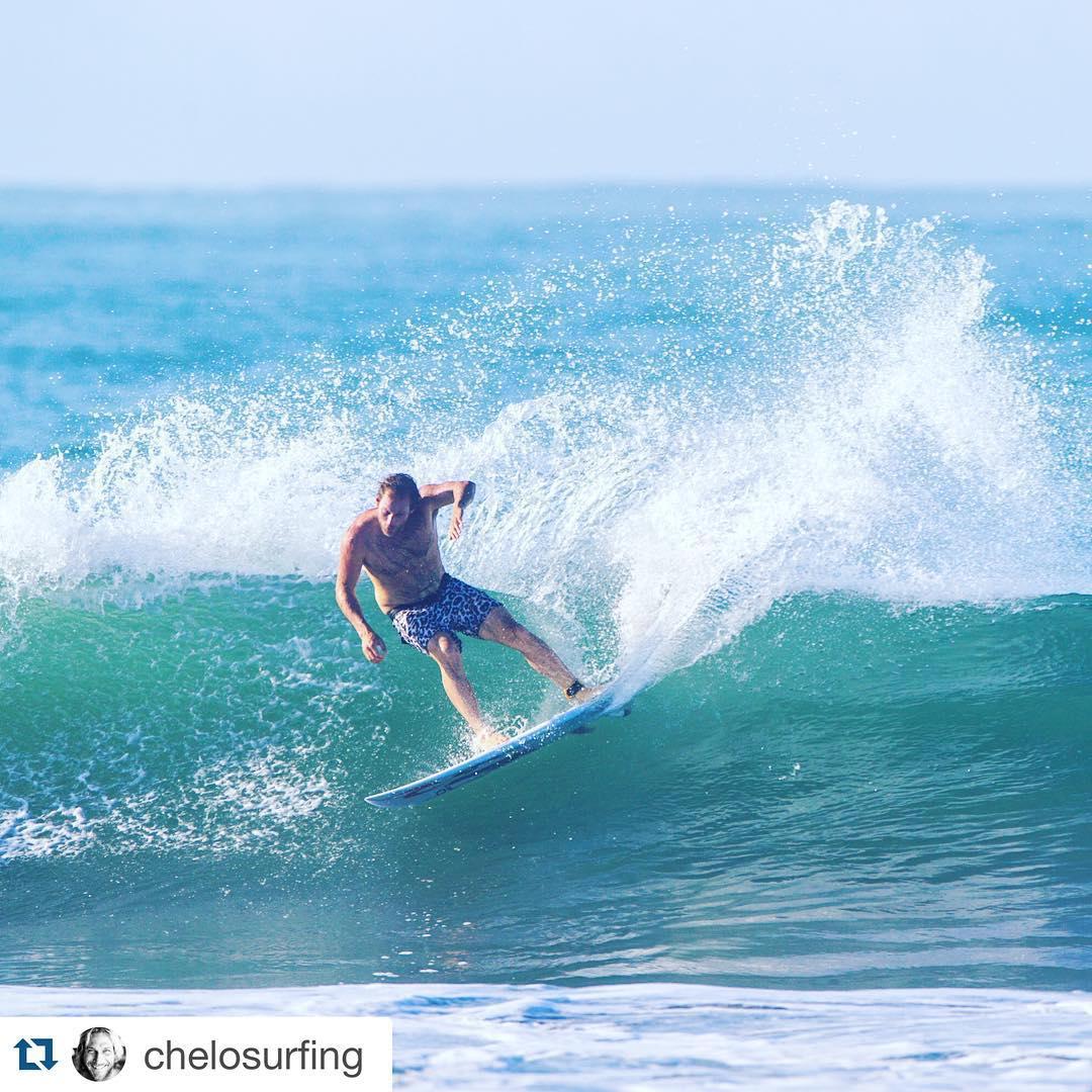 WARM UP Surf Trip @chelosurfing usando la tracción de los productos FREELIFE.  #Repost @chelosurfing with @repostapp. ・・・ Carveando en Panamá ! Se está terminando el trip y las sensaciones son increíbles!! @ripcurlargentina @oakleyarg @freelifesurf...
