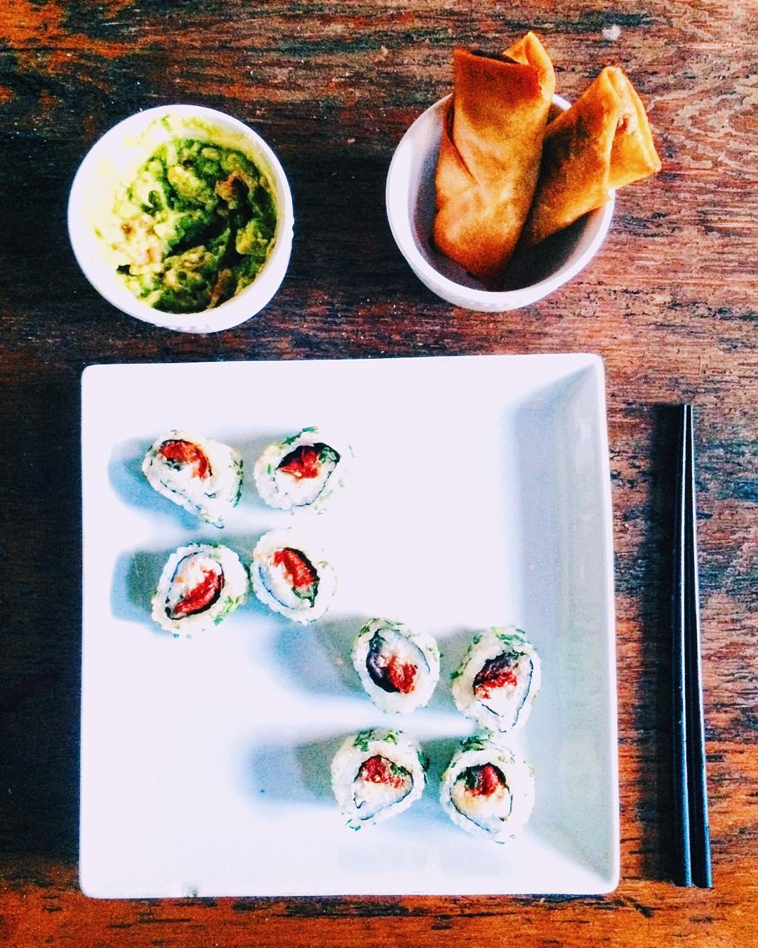 Hoy se cena tempranito arrolladitos primavera y sushi veggie con guacamole
