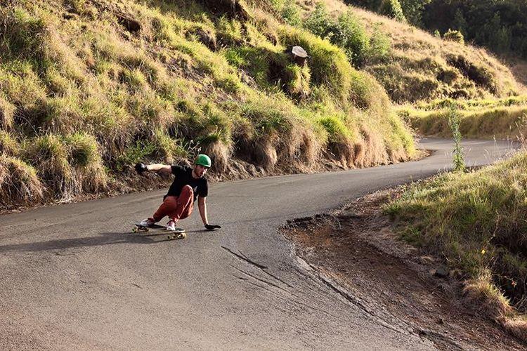 @seanwoolery1 enjoying the Hawaiian vibes on the Keystone. We hope everyone's holiday is as fun as this run in Maui! (Photo by Ryan Bishop) #dblongboards #dbkeystone #maui #hawaii #merrychristmas #longboard