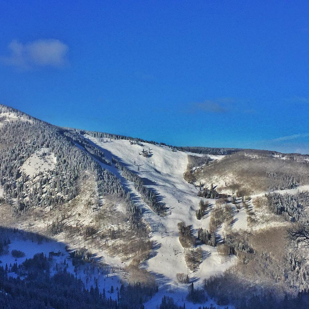 Larkspur Bowl @beavercreek has to be the best place to ride soft sunny groomers in Colorado! #skiing #10thadventures #bluebird