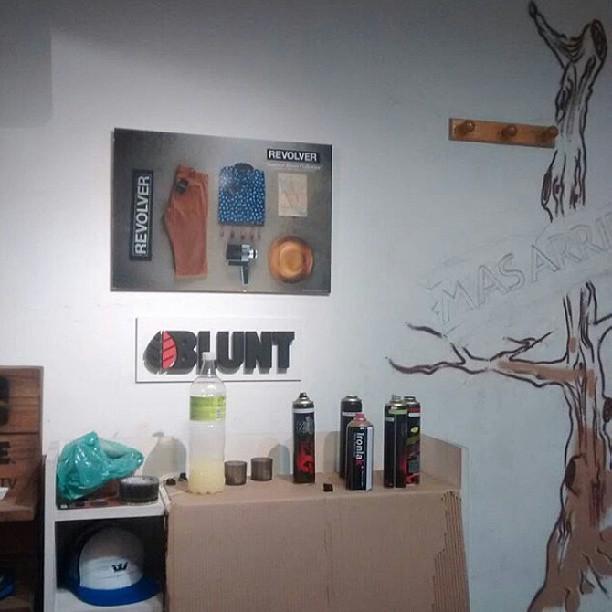llenos de latas #kwtgraff #ironlak decidimos ponerlas a laburar con el gerente artistico #powergraff #galeriaplazaitalia .. se.vienen mas #buenosairesgraff