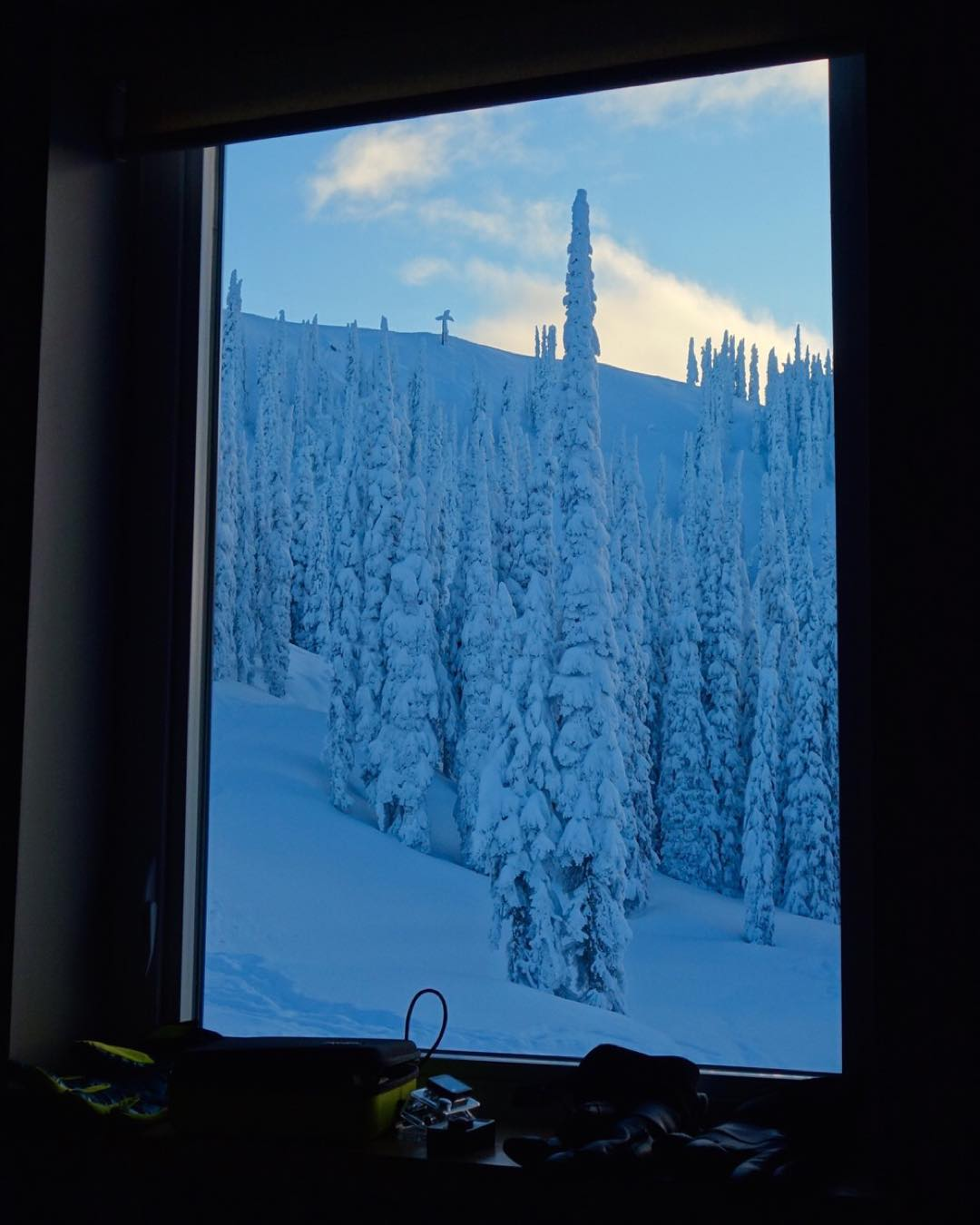 Epic view from our accommodations here at the @BaldfaceLodge - featuring a direct view of the Craig Kelly memorial on top of the ridge. It's designed to look like a giant sword is stuck into the snow, placed there to commemorate the legendary...