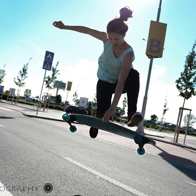 Go to www.longboardgirlscrew.com to check Kika Grezdová's from #Slovakia short video edits freestyling. Jakub Suvada photo. Make sure to send us your photos or videos to info@longboardgirlscrew.com We want to see what's up! #longboardgirlscrew