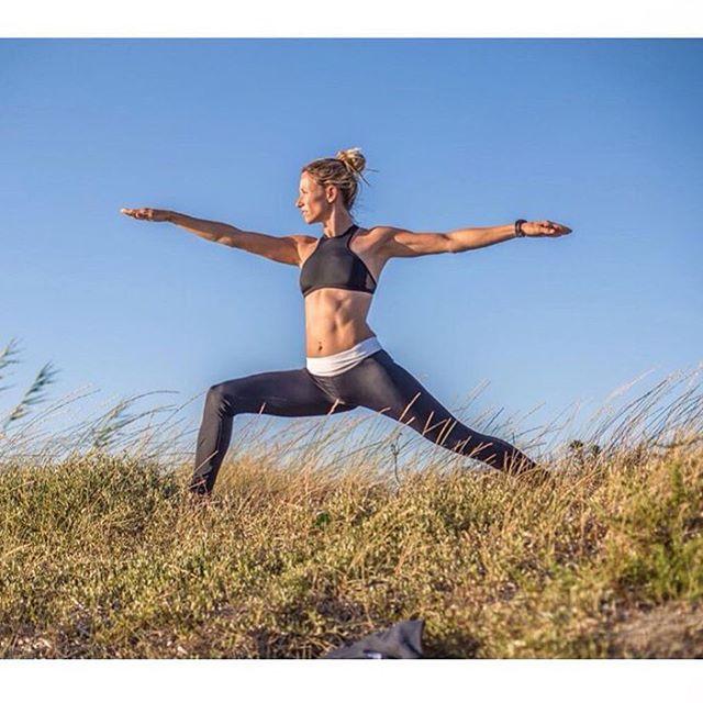Finishing this year STRONG! thank you gorgeous #yoga #warrior @manuelajungo #sensisara #sensilaura #fitspo #focus #balance