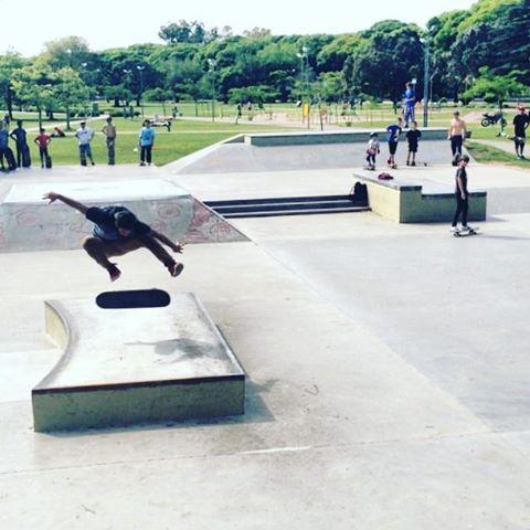Arrancamos la semana con @sebafrancoskate a lo largo de flip en el renovado skt plaza #flip #skateboarding #slpskateboards #slp