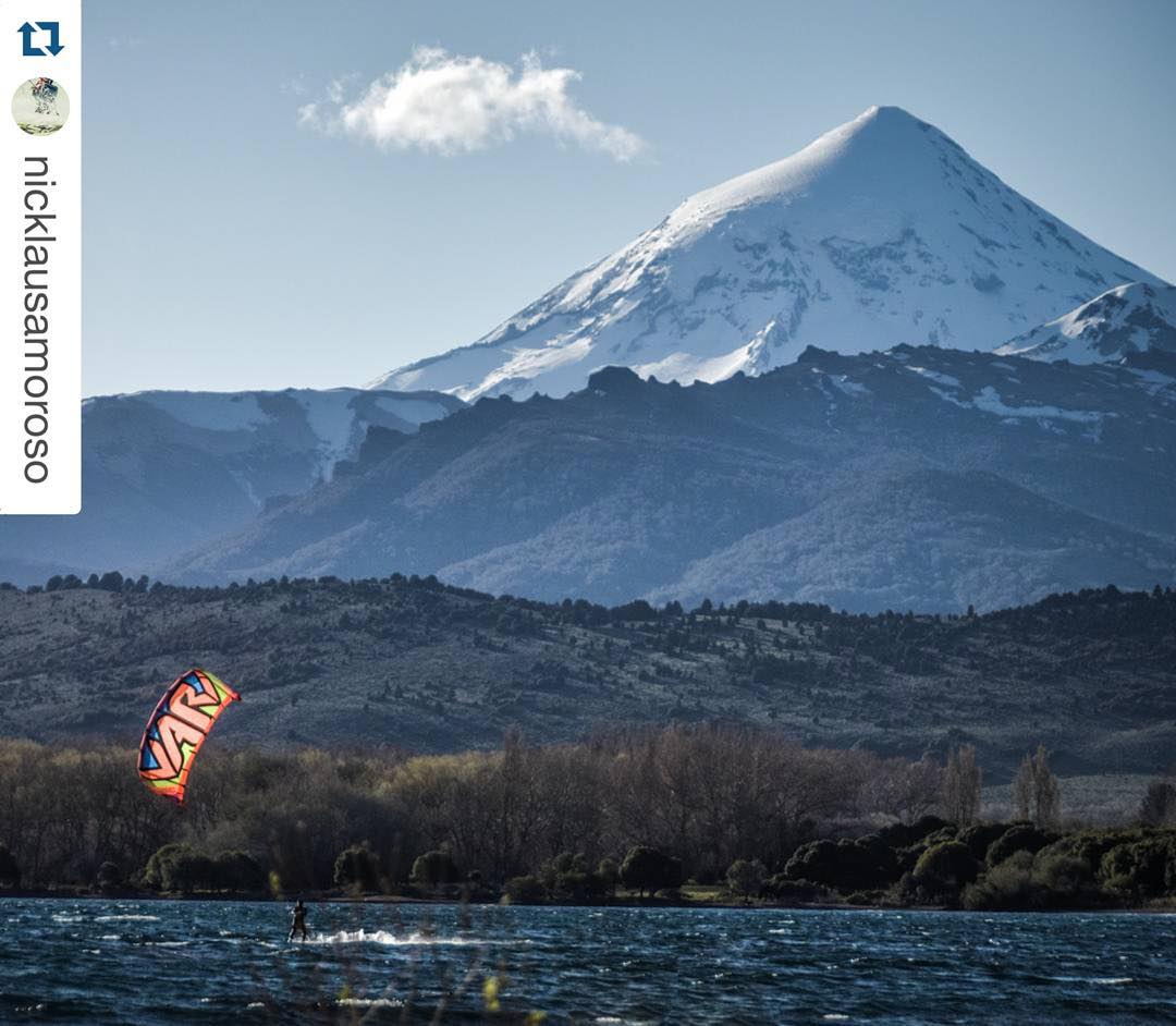 @nicklausamoroso kiting Patagonia! PH: #nouuei #ridinglife #ridingpatagonia #vulcano #lanin #patagonia #argentina #kite #kitesurf #kiteboarding #vari #varikites #nature #exploring