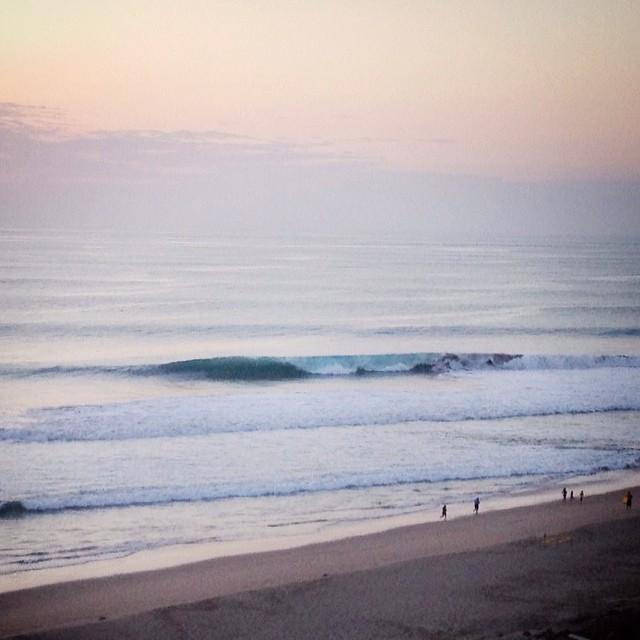 Parece una olita hasta que comparas el tamaño con la gente en la playa. #semanapasada #proximoalas #sanlorenzo #latesesh #swellnorte @alaslatintour