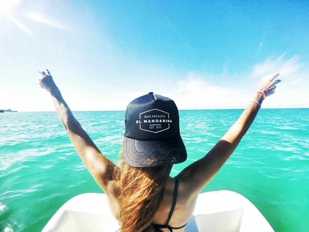 Un increible paraiso, una increible modelo y una increible foto hacen de nuestras gorras .... UN PRODUCTO INCREIBLE