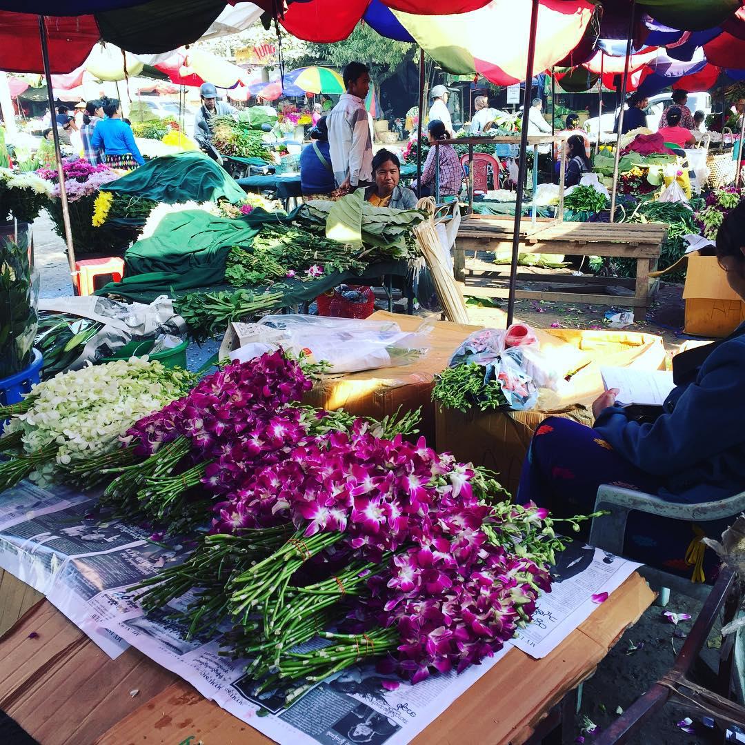 Ordenadas, listas, YA! #market #flower #myanmar #trippingmood #benga #mandalay