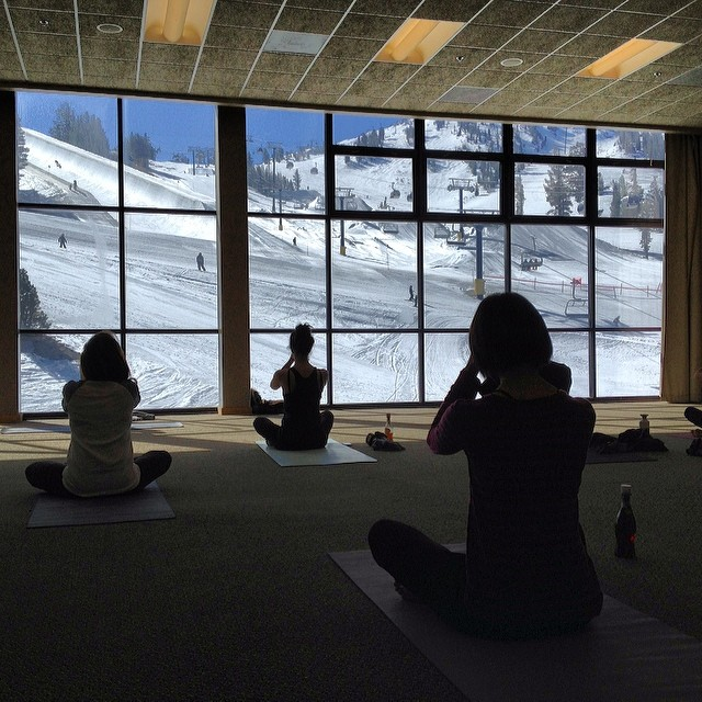 Now that's how you start a good morning - #yoga with a view #namaste #awesome #snowboarding @b4bc #shredthelove