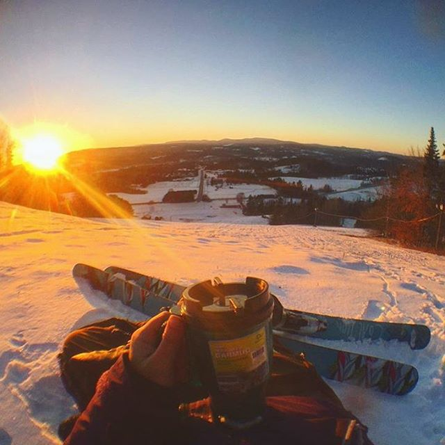 End your days right.  @sar.shredman knows what's good. #sisterhoodofshred #sunset #skiing #Vermont #goodstuff #snow
