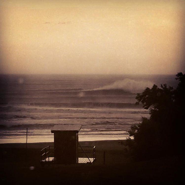 Amanecer de sábado en Reta. Hoy nos dimos el lujo de surfear Reta Clásico! #maetuanis #surf #surfing #reta #clasico