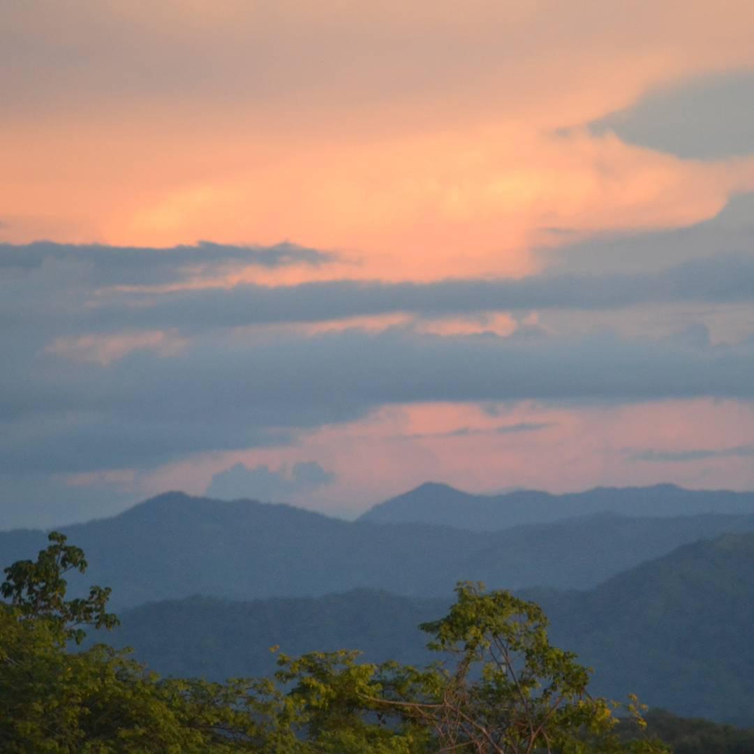Mi gran y querido sunset de tamarindo. Un lugar tan hermoso como su gente. Te extraño costa rica! #ig_great_pics #ig_costarica #costarica #descubrecostarica #sunset #atardecer #tamarindo #cielo #clouds #all_my_own #agean_fotografia #ig_sunset #creacion...