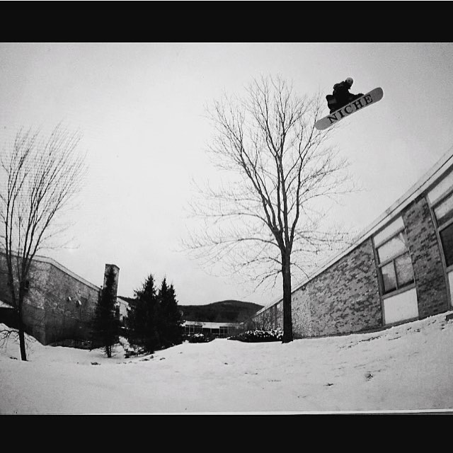 Yale Cousino airing one out in the streets. Doesn't matter where...doesn't matter when....just go snowboard. @lifeafterhours @anniehmac  #nichesnowboards #findyourniche #getout #gosnowboard #airtime #roofgap #snowboarding #streets #stackingclips