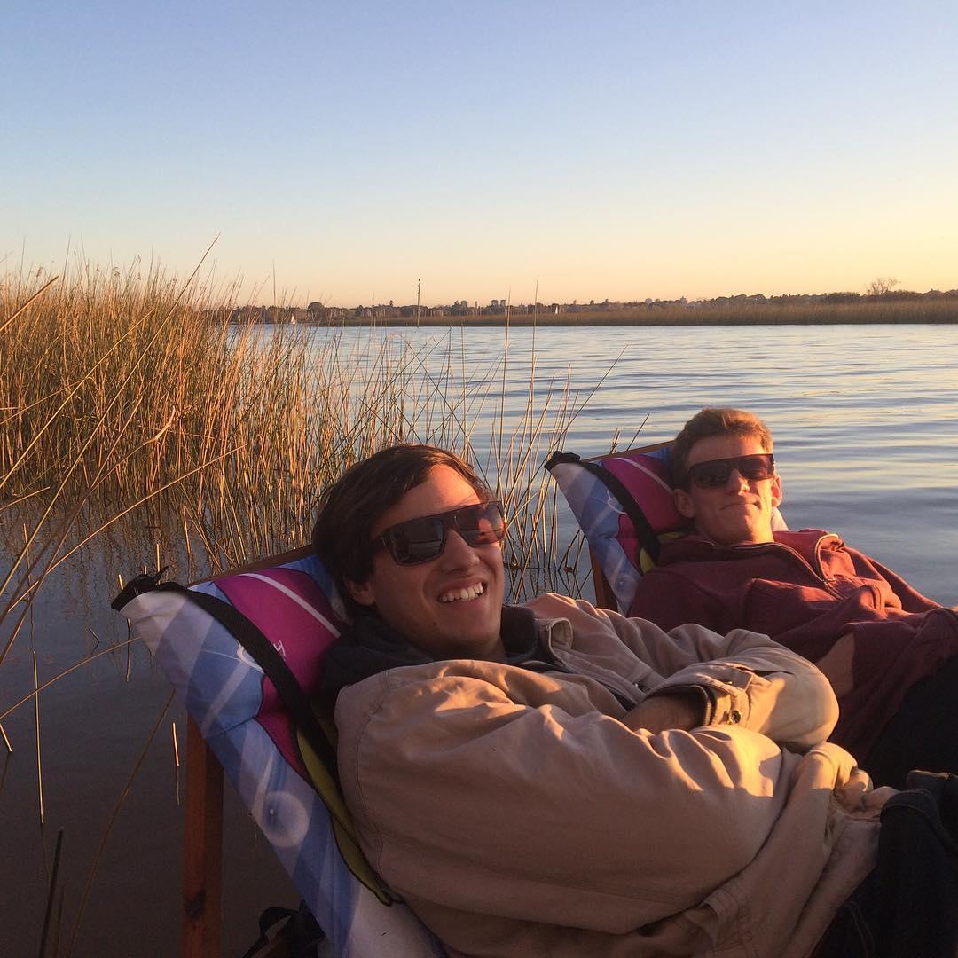 Buena tarde de mates y #trancastyleliving en el #río con @chillydesign