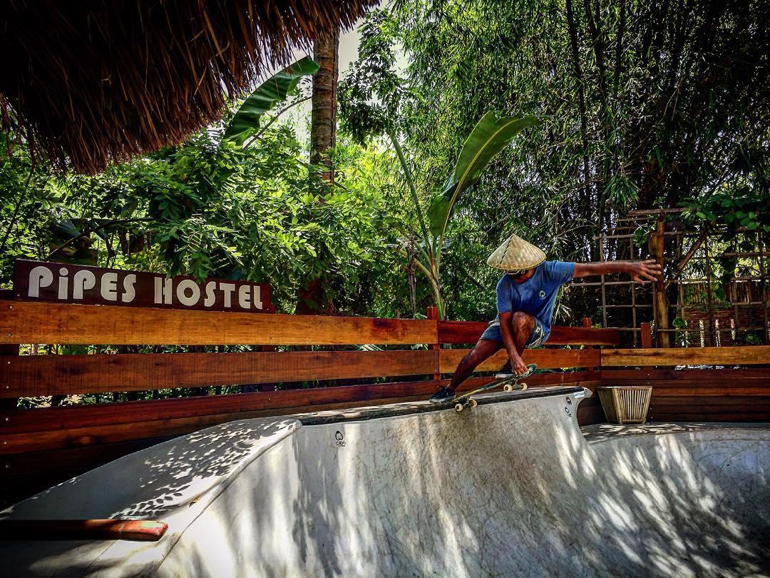 De vacaciones, fluyendo por la jungla de @pipeshostel  #skateboarding  #craislide