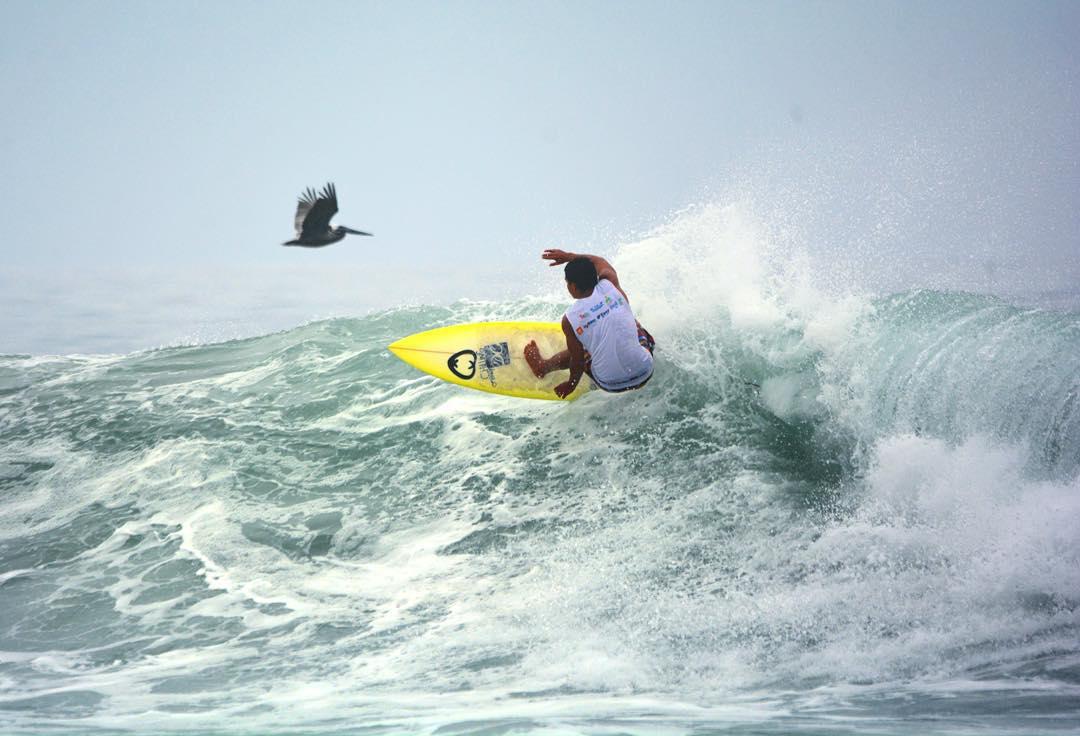 Pelicanos y Frontside.  @hermanos_sangachi por @jl_  #surf