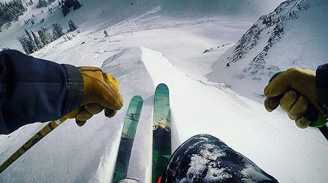 So many places are just all time right now and we're seeing so many great posts coming in from 4FRNT skiers worldwide! Keep them coming. We'd love to feature you in our feed!   Skier @hh_oen tearing it up at @jacksonhole #shapingskiing