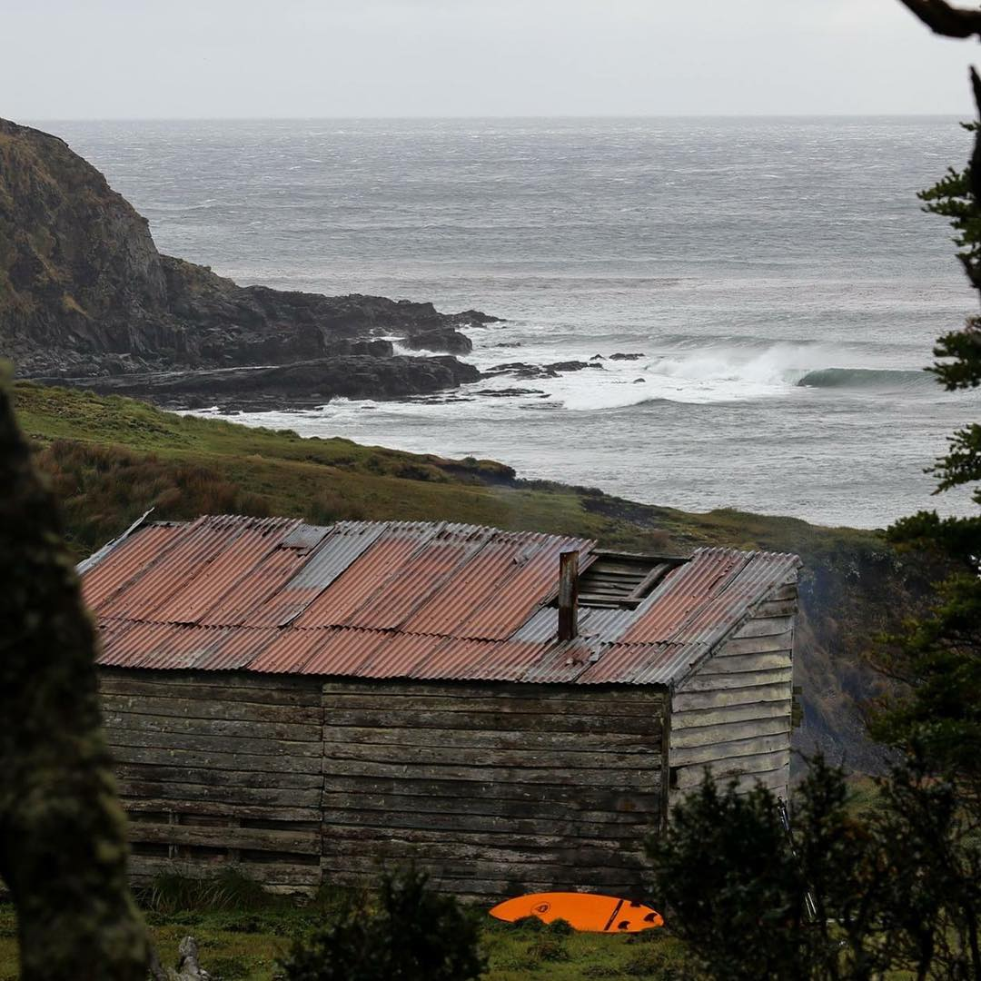 Azotado por el clima de Tierra del Fuego, el Rancho 3 amigos aún se mantiene en pie después de tantos años abandonado y nos sirvió de refugio durante 4 días en esta pequeña caleta.