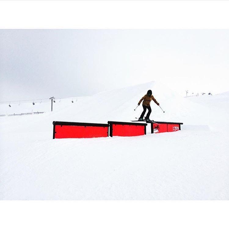 Good luck to this ripper gal at @visitmammoth this week!  #sisterhoodofshred #mammoth #parkrat #skiing #california