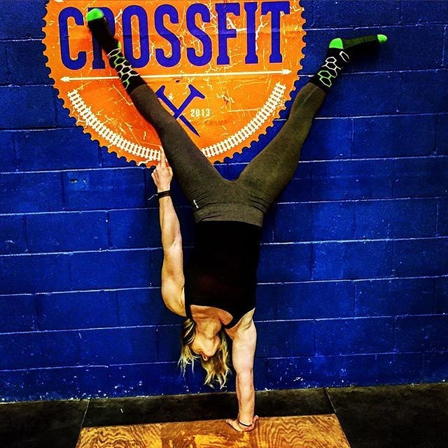 It's pretty easy to do this when you are wearing the right #socks @meldoss00 #crossfit #workout #gym #athleisure #grabapair #neon