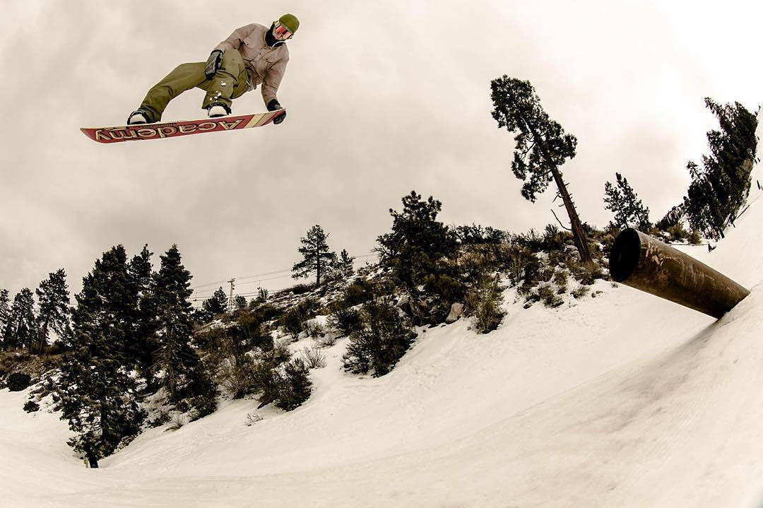 The new Sunday In The Park is live on @TWSnow dot com. Peep the full edit featuring #fluxbindings riders @keoni_kaimuloa @mikeegray and @leonard_mazzotti  Rider in photo: #LennyMazzotti  Photo above by @leestock  #snowboarding #snow #bearmountain...
