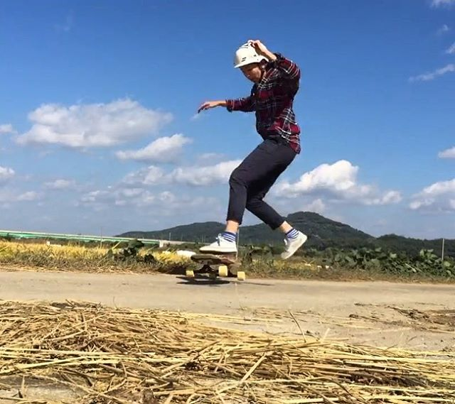 Go to longboardgirlscrew.com to check out LGC Korea's new video! This time it's @kimbyeolchorong with a rad edit and her usual flow. Big shout out to @victors_boardshop for always sending us the latest videos & supporting the female scene strong. Yeah...