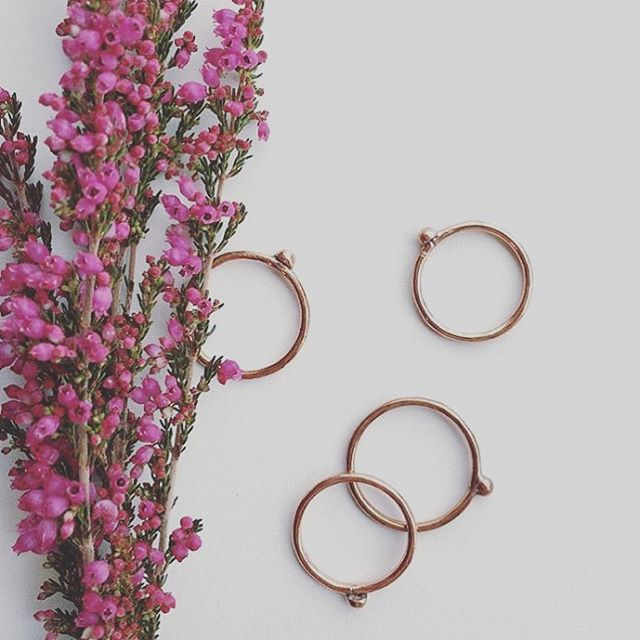 There's something so wonderful in the emotional connection to flowers. Romance is life.  Thank you @superior_merch for the wonderful photo.  #juliaszendrei #designspiration #copper #ring #stacker #ss16 #CLASSIC #classy #klossy #designspiration