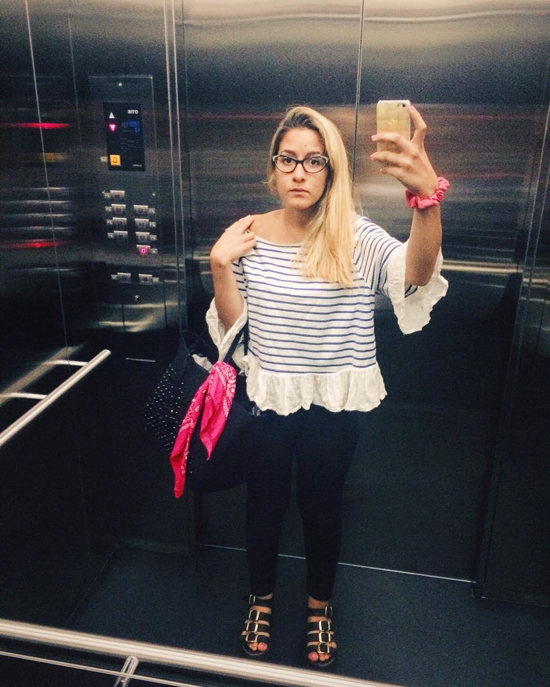 Juro que muero de verguenza si algun dia se abre la puerta y me ven sacandome una selfie en el ascensor