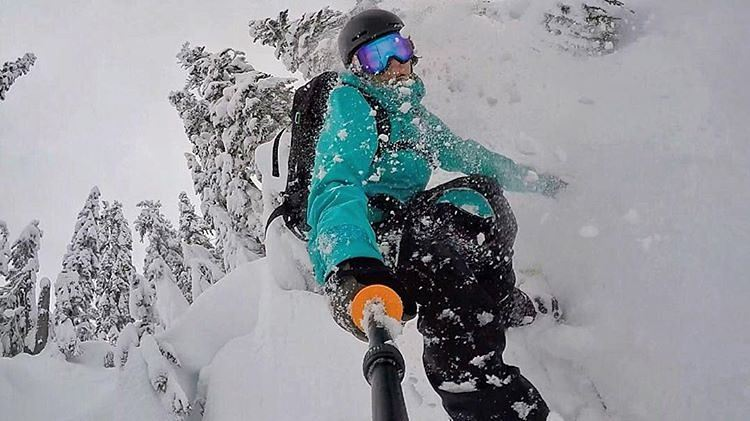 #MariahDugan (@gnar__marr) getting face shots in the winter Wonderland of Stevens Pass. ❄ #snowboarding #powder #girlswhoshred #fluxbindings