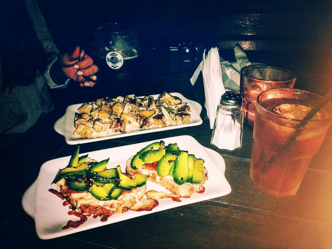 Que linda cenita love u @lauraperezganade #dinner #bar #friends #friendship #avocado #veggie #apple #iphone