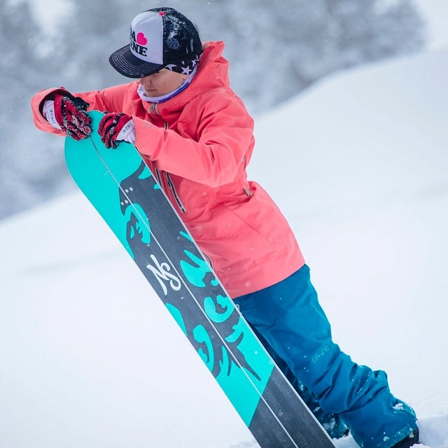 Work'n for the weekend! It's snowing again and tomorrow should be an awesome pow day! Can't wait to get this beauty out again! #sundayfunday #splitboarding #neversummer #raven @dakine @avalon7 @neversummerindustries @oakleysnowboarding #oakleynorcal...