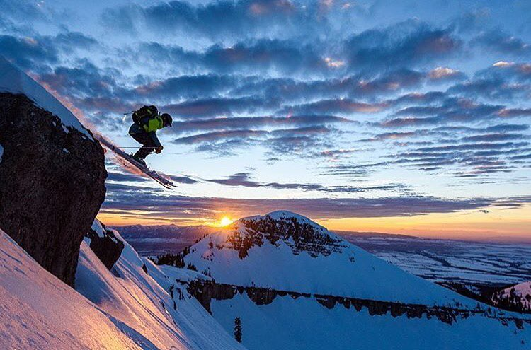 Sunset ripples over Mary's Nipple. @fmarmsaterphoto captures @gmack307 sending into the last hour. #shapingskiing