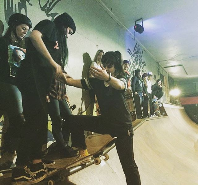 Always help your fellow skaters! Our Longboard Girls Crew community is based in these camaraderie values.  @andawhamybar has been pushing the female community for a long time through @skatelikeagirl. More of this, always.  Ayudar siempre a otras...