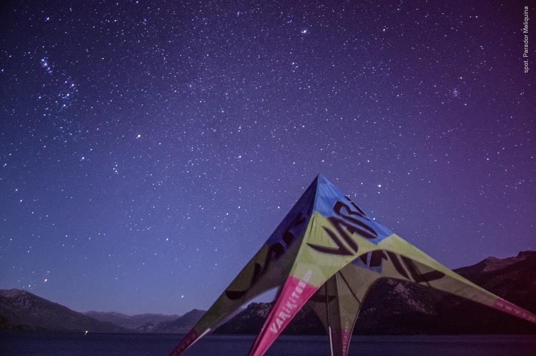 It's all about lifestyle Ph: Nouuei. Spot: @paradormeliquina #lifestyle #kite #kitesurf #stars #kiteboarding #afterkite #patagonia #meliquina #nouuei #varikites